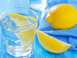 Acqua tiepida e limone