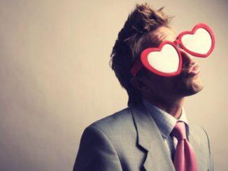 Uomo innamorato atteggiamenti